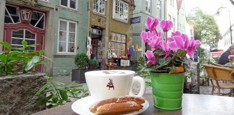 Cappuccino und Kaffeebrot in der Schnoorkonditorei