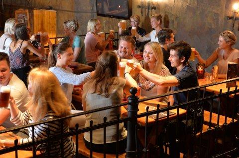 Gäste im Schüttinger stoßen mit Biergläsern an