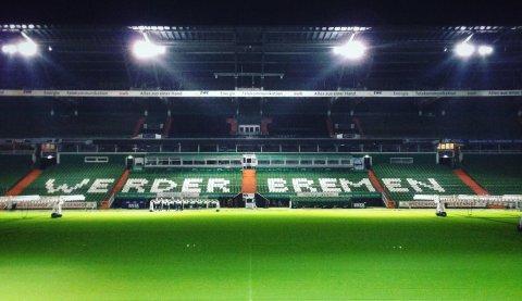 """Zu sehen ist die leere Tribüne im Weserstadion. Der Schriftzug """"Werder Bremen"""" ist lesbar."""