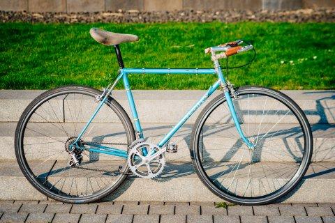 Ein Rennrad im Grünen