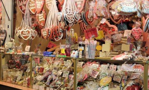 Viele Süßigkeiten sind auf einem Jahrmarktsstand; Quelle: privat