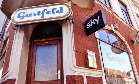 Außenansicht einer Eckkneipe, über dem Eingang ein Schild mit der Aufschrift 'Gastfeld'; Quelle: privat/MDR