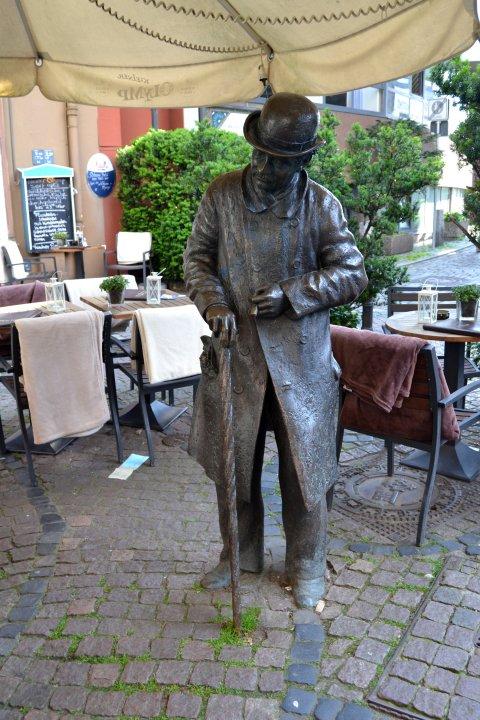 Statue zeigt Heini Holtenbeen mit Hut und Stock