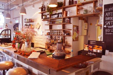 Ein Tresen in einem Café, im Hintergrund Regale mit Gläsern; Quelle: privat/MDR