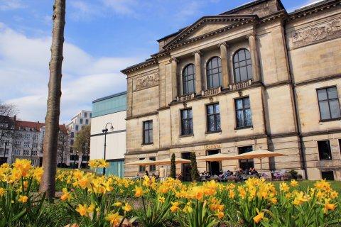 Blick auf die Kunsthalle Bremen im Frühling, im Vordergrund Narzissen
