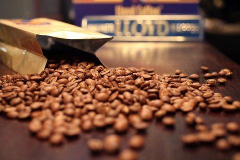 Kaffeebohnen auf einer Ablage
