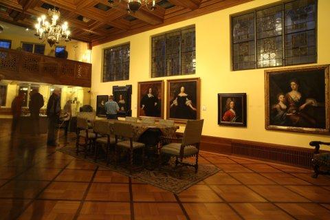 Großer Saal mit Gemälden an der Wand