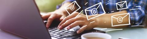 Eine Frau tippt auf einer Laptoptastatur, daneben Kaffeetasse und Smartphone und fliegende kleine Briefumschläge, die einen Newsletter darstellen sollen.