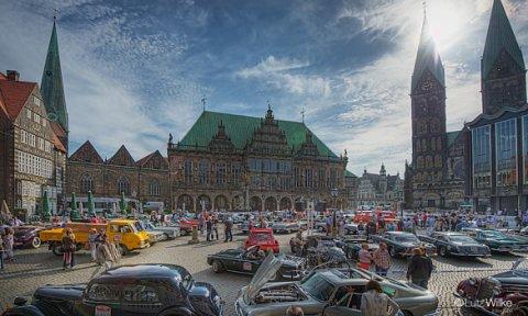 Viele Oldtimer auf dem Bremer Marktplatz