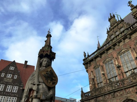 Der Roland und eine Ecke des Bremer Rathauses vor blauem Himmel