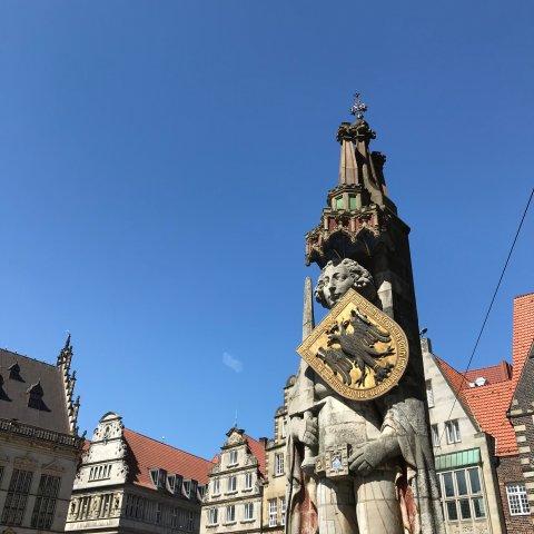Der Roland vor dem historischen Gebäudeensemble auf dem Bremer Marktplatz