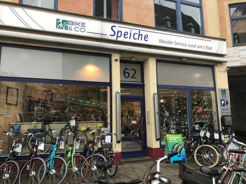 Außenansicht eines Fahrradgeschäftes, Fahrräder stehen vor der Tür