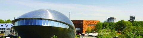 Das Universum in der Ausßenansicht, im Hintergrund der Fallturm; Quelle: Universum Bremen