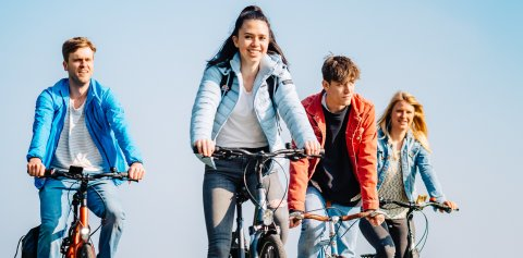 Vier junge Menschen auf ihren Fahrrädern