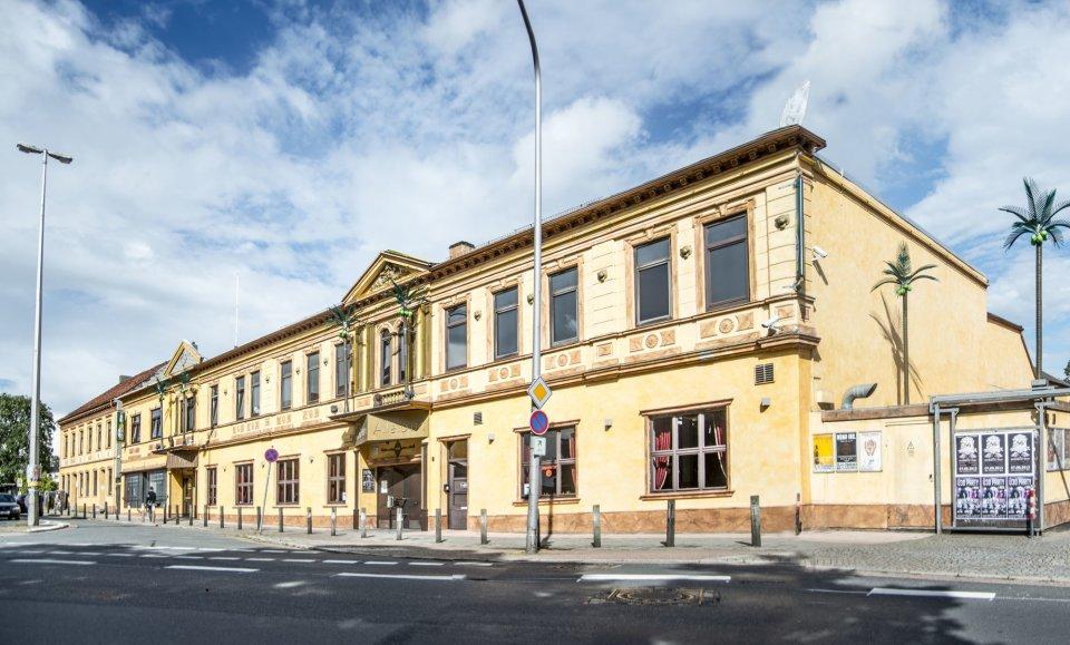 Das hellgelbe Gebäude der Aladin Music Hall von außen.