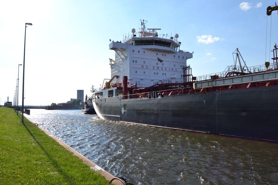 Ein Hafenbecken mit einem einfahrenden, großen Containerschiff; Quelle: WFB/bremen.online - MDR