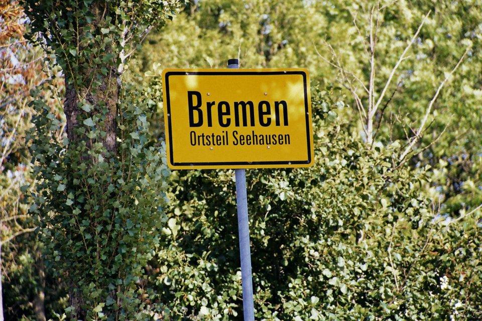 Ein gelbes Ortsschild mit der Aufschrift Bremen - Ortsteil Seehausen; Quelle: Ortsamt Seehausen