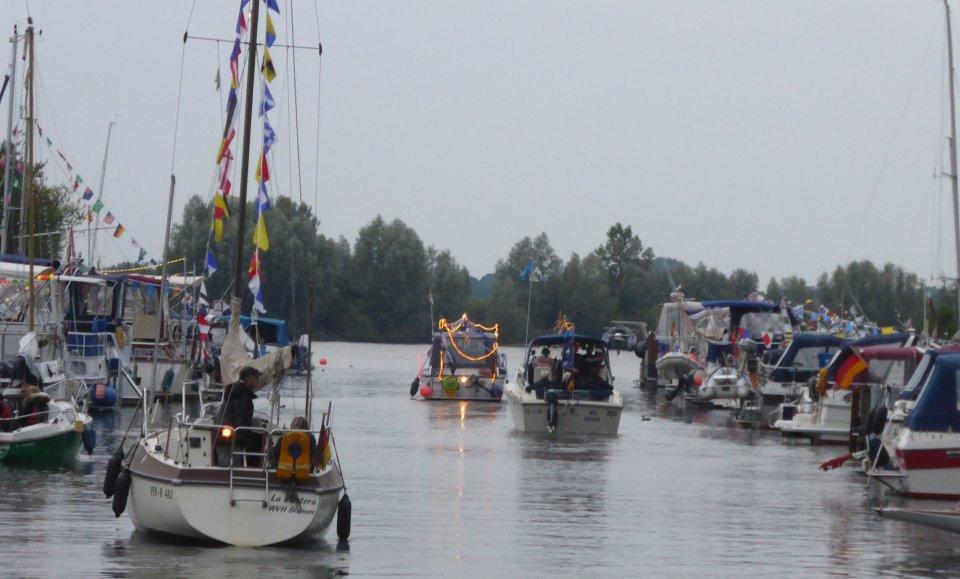 Ein paar kleinere Segelboote verlassen ihre Anlegestelle am Hemelinger Hafen.
