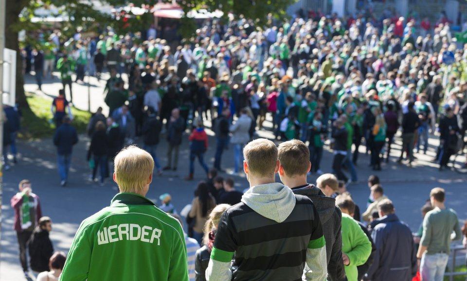 Zahlreiche Fußballfans pilgern zum Weser-Stadion.