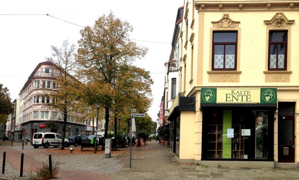 """Die Vegesacker Straße und die Grenzstraße kreuzen sich. Rechts befindet sich in einem gelben Haus das Geschäft """"Kalte Ente"""" (Quelle: panzlau design und medien gmbh)"""