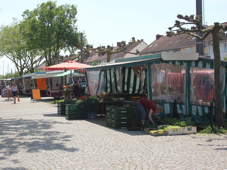 Menschen und Stände auf dem Waller Wochemarkt (Foto: Rike Oehlerking)